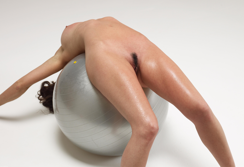 Эртические позы на гимнастическом шаре 18 фотография