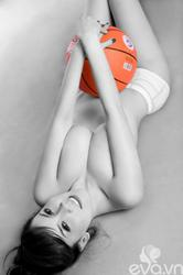 Hotgirl Linh Phương lấy bóng che ngực đầy