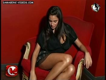 En minifalda mostrando la bombacha en upskirt